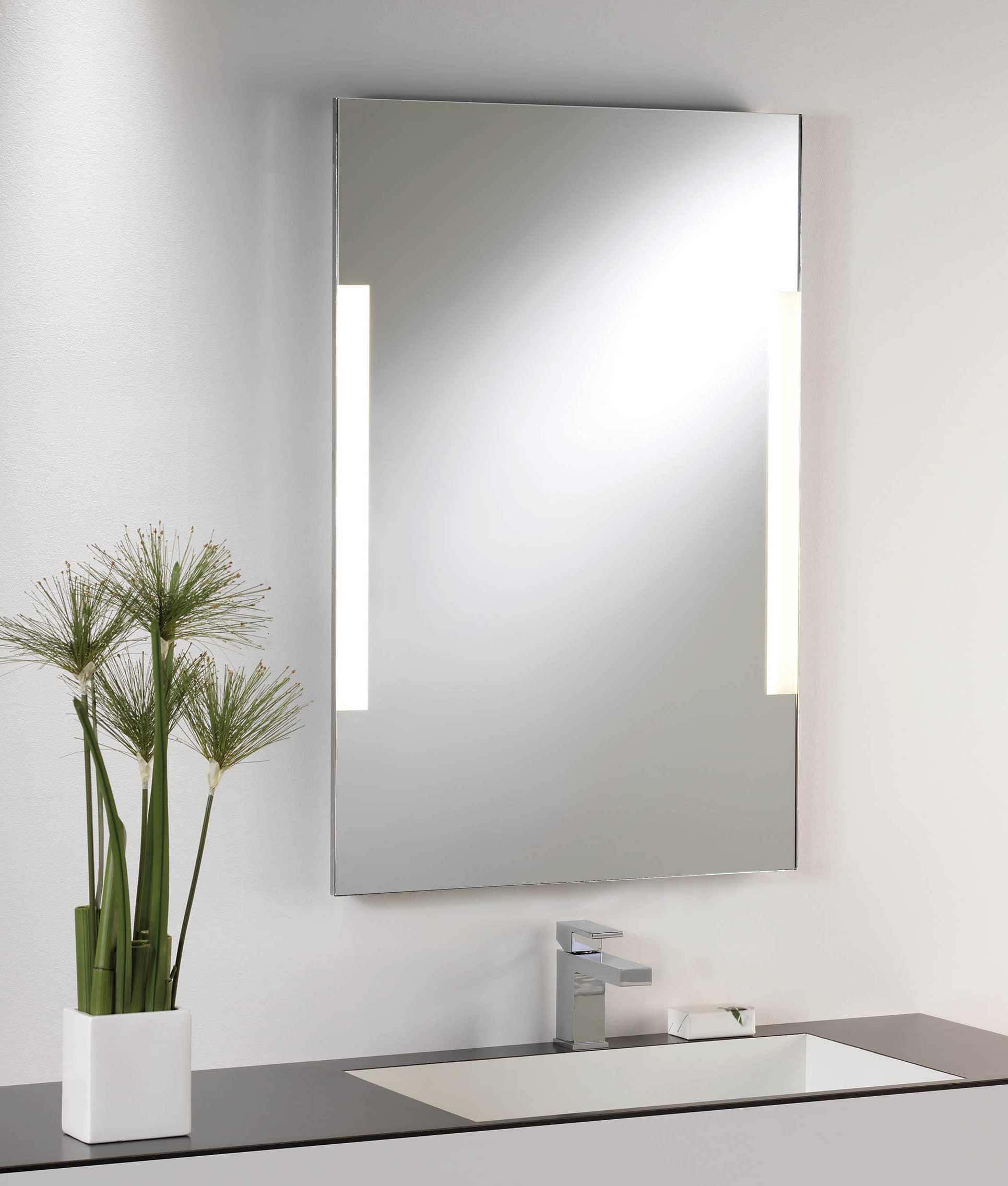 Shallow profile illuminated mirror in 3 sizes for Mirror 900 x 600